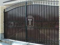 Металлические распашные ворота с простым горизонтальным рисунком (Арт. 003)