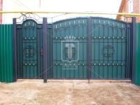 Распашные ворота с пиками и центральным орнаментом (Арт. 014)