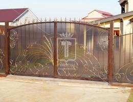 Автоматические распашные кованые ворота, кованая калитка и кованый забор закрытые поликарбонатом
