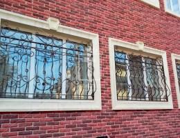 Кованые выпуклые решетки на окна и решетчатые двери в частный дом