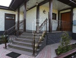 Выпуклые кованые перила на лестницу и террасу в частный дом